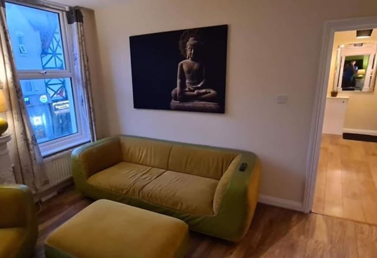 2 Bed Retro Flat With own Lounge Near the Beach!, Bournemouth
