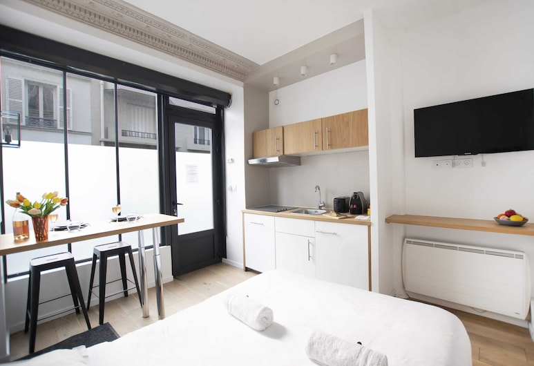Guestready - Lovely Studio for 2 / Eiffel Tower - Prime Location!, Paris, Room