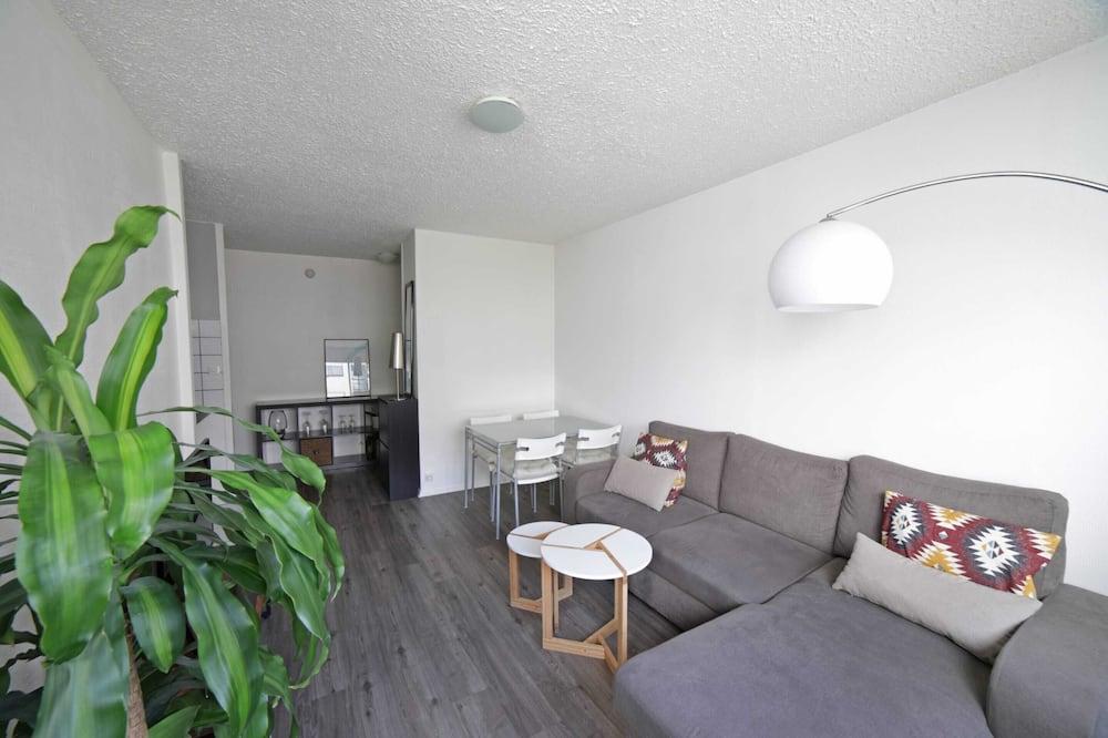 شقة بتجهيزات أساسية - سرير مزدوج - غرفة معيشة