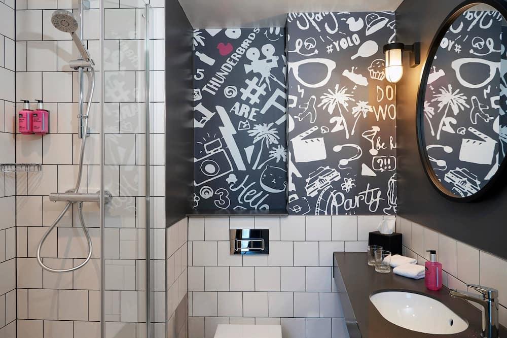 Izba, 1 veľké dvojlôžko, nefajčiarska izba (Moxy Sleeper) - Kúpeľňa