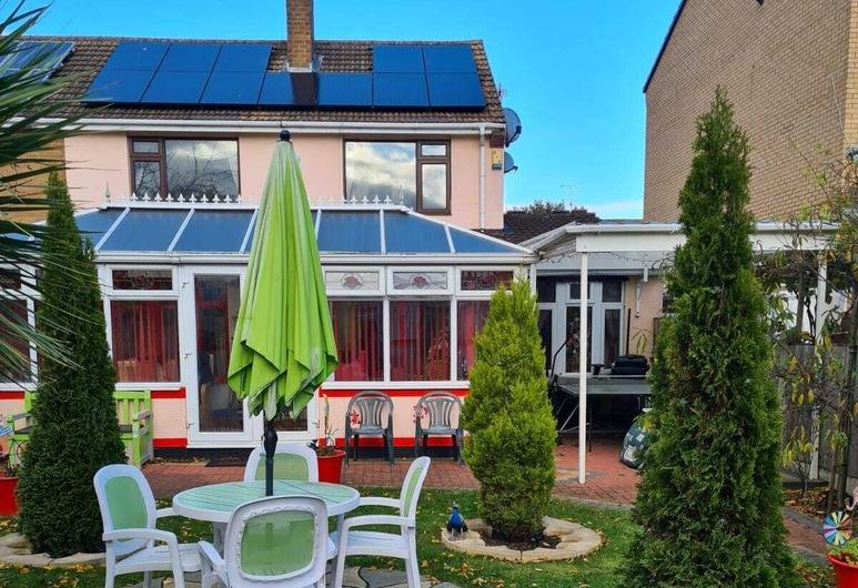 Luxurious, Stunning Detached Bungalow in Derby, Derbis, Apartamentai, 1 didelė dvigulė lova, Viešbučio teritorija