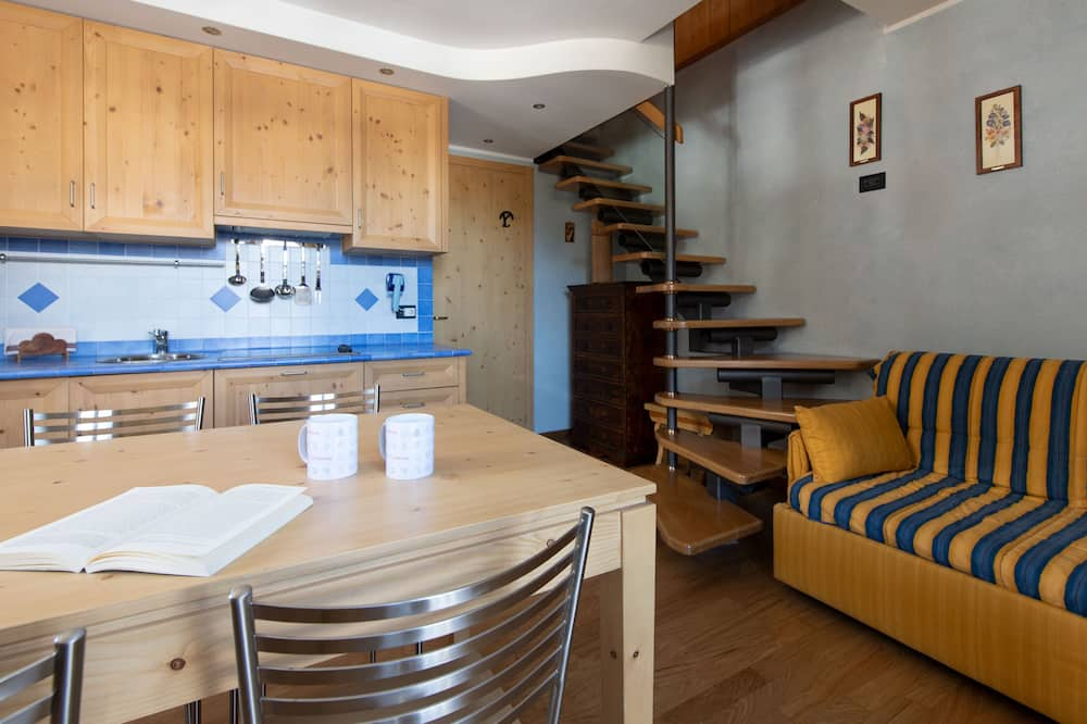 Apartment, Multiple Beds, Balcony, Mountain View - Living Area