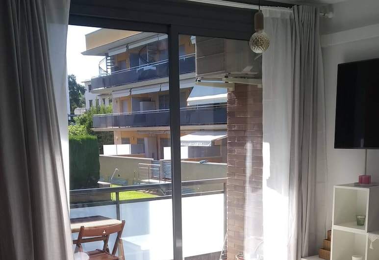 New and Beautiful Apartment in a Quiet Area Very Close to the Beach, Roda de Bara, Stue