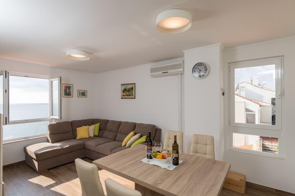 Apartamentai (Two Bedroom Apartment) - Svetainė