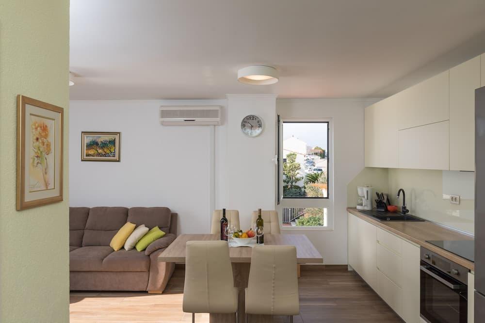 Apartamentai (Two Bedroom Apartment) - Vakarienės kambaryje