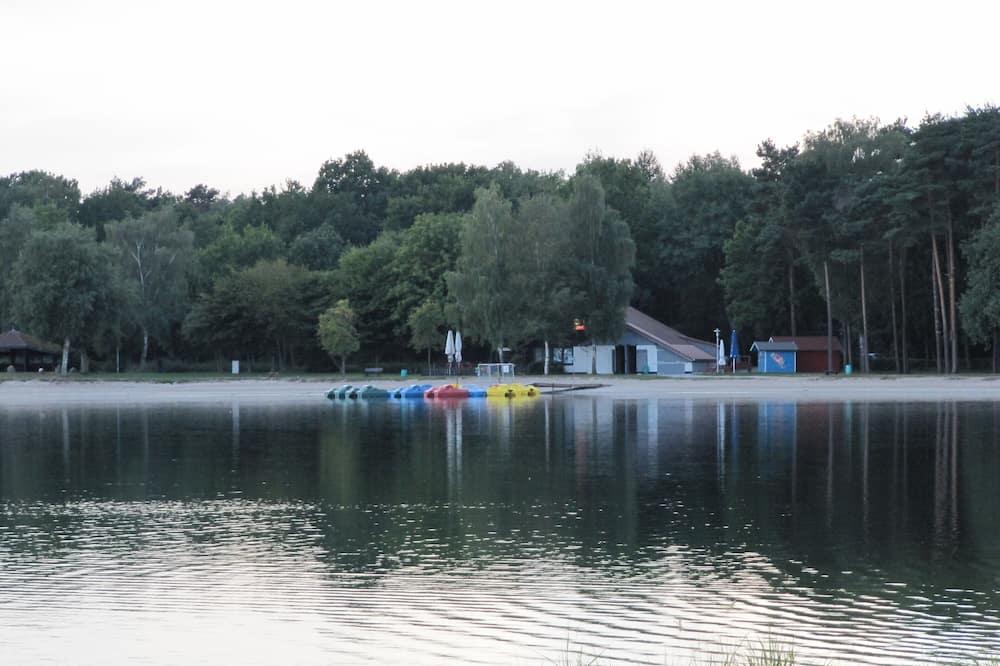 Θέα στη λίμνη