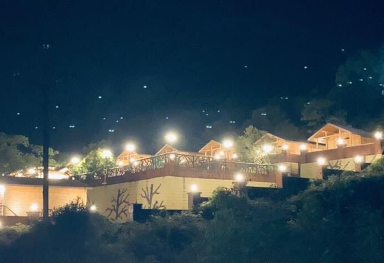 Oxygen Resorts Mahabaleshwar, Mahabaleshwar, Fasáda večer