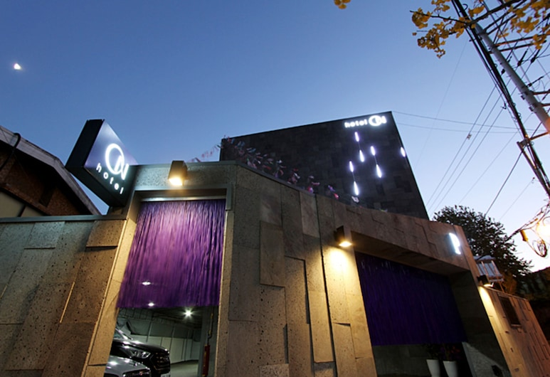 ON, Seoul, Hotel Front – Evening/Night