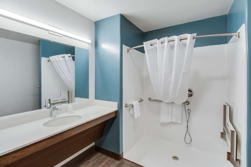 Room, 1 Queen Bed, Non Smoking (Roll-In Shower) - Bathroom