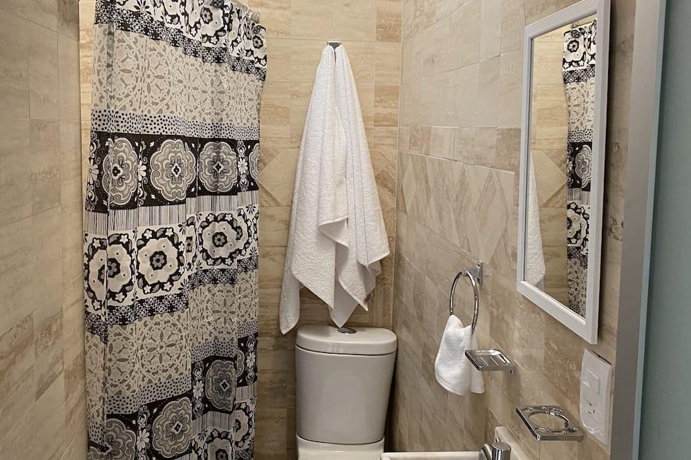 Keturvietis kambarys su pagrindiniais patogumais, 2 standartinės dvigulės lovos - Vonios kambarys