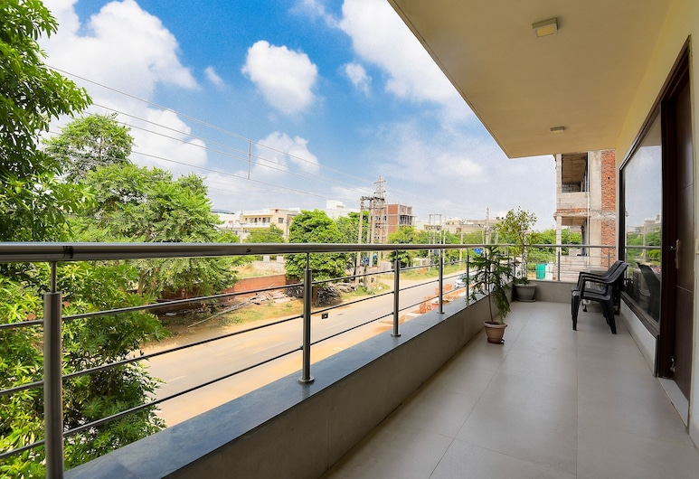 Olive Cozy stays, Gurugram, Royal Apartment, Balcony