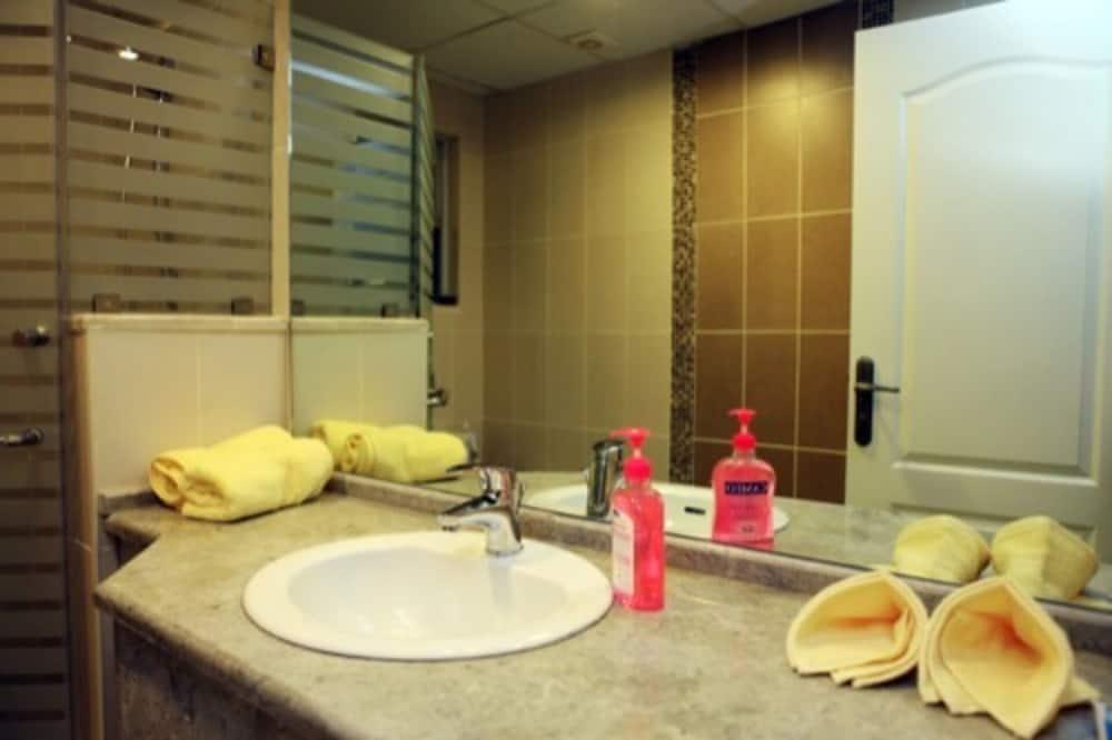 Apartment, Mehrere Betten - Badezimmer