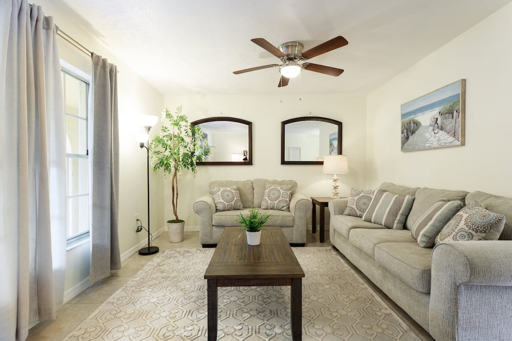 House (CDC Approved Cleaning! Outdoor Patio ) - Living Room