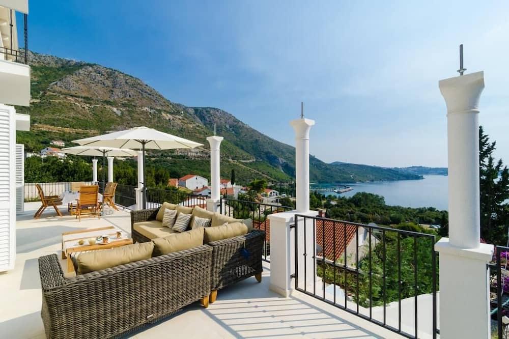 Vila (Five Bedroom Villa with Swimming Pool) - Terasa