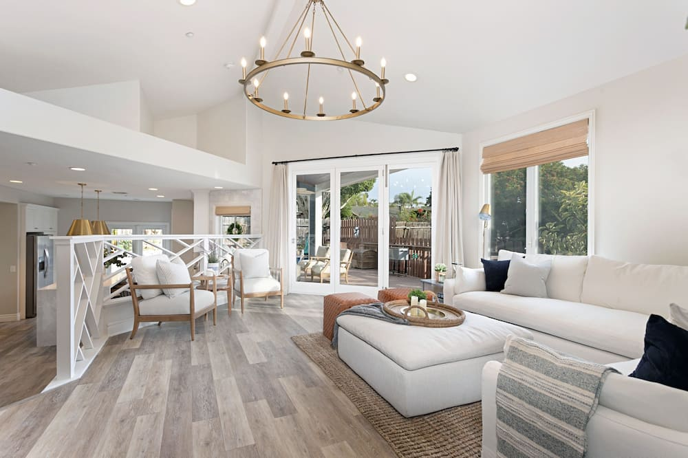 House, 6 Bedrooms - Living Room