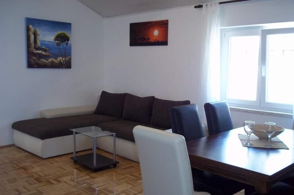 Апартаменты (Two Bedroom Apartment with Sea View) - Гостиная