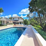 Holders Villa, Sleeps 8 with Pool and Air Con