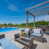 Rosini Villa, Sleeps 6 With Pool, Air Con and Wifi