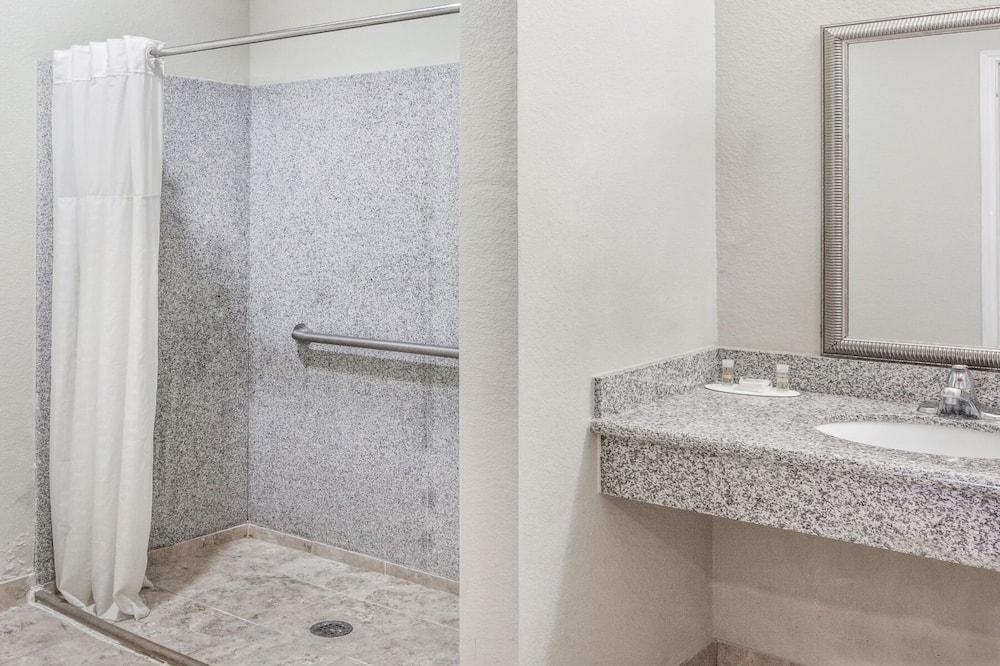 Double Room, 2 Queen Beds - Bathroom