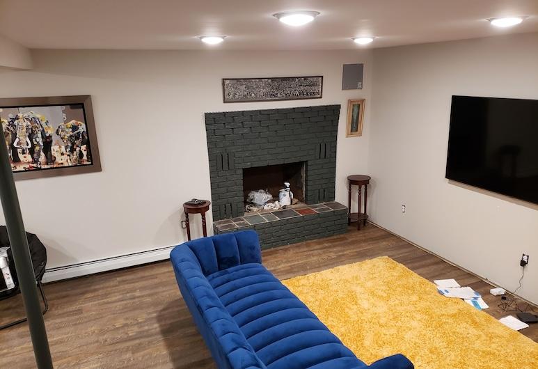 Great 4 Bedroom Home Newly Renovated in an Established Neighborhood. Save!!, إسكس جانكشن, غرفة معيشة