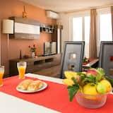 Apartmán (Two-Bedroom Apartment with Balcony an) - Stravovanie v izbe