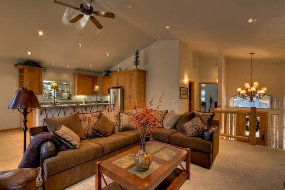 Nhà (Private Hot Tub, Close to Tahoe's Fam) - Phòng khách