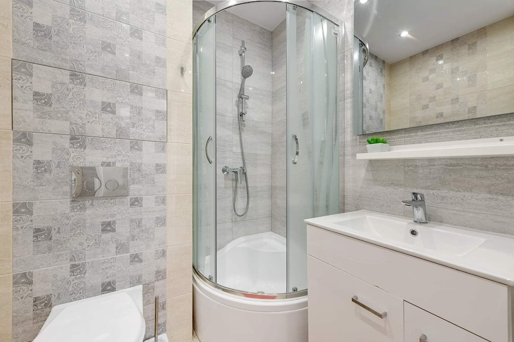 Apartment, 1 Bedroom, Kitchen - Bathroom Shower