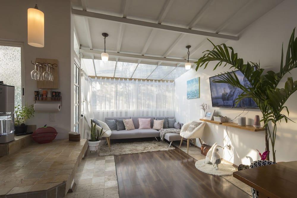 Premium Studio Suite, 1 King Bed, Terrace, Garden View - Living Area