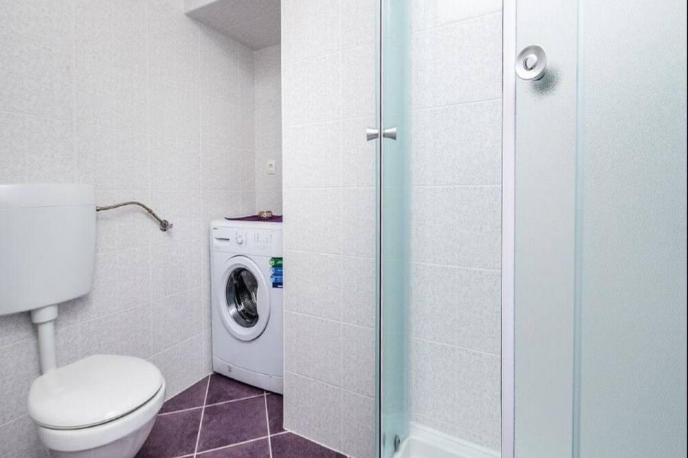 شقة (Three-Bedroom Apartment with Terrace) - حمّام