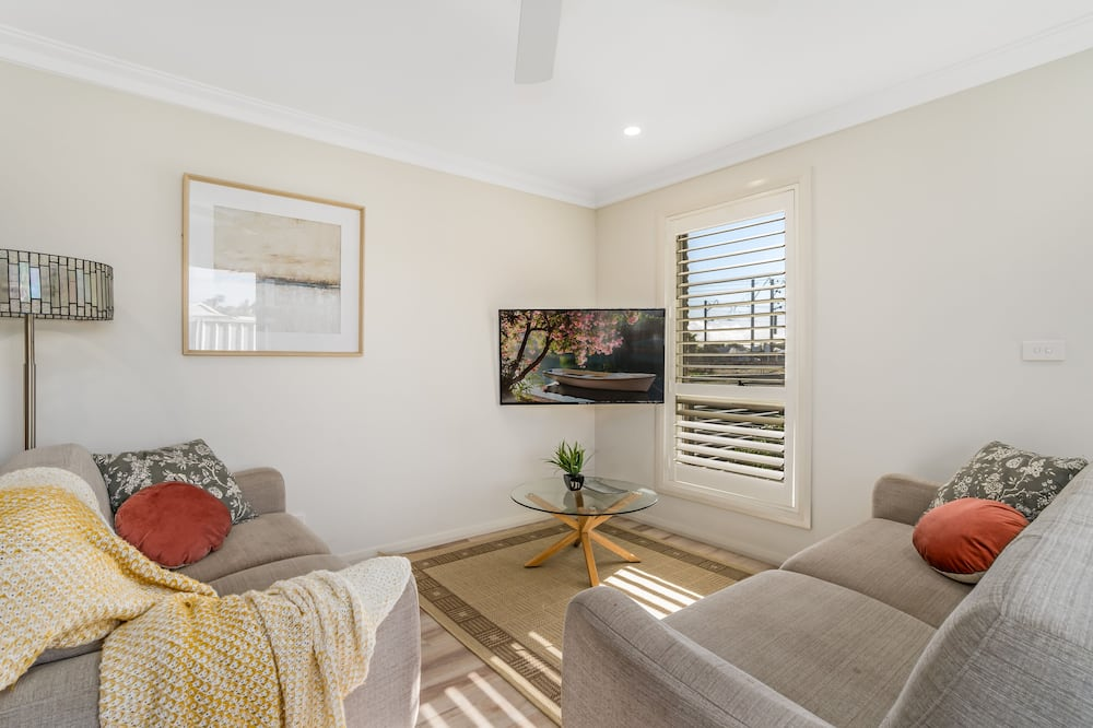 Executive Townhome, 3 Bedrooms - Living Room