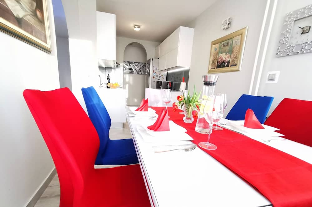 Apartment (Two Bedroom Apartment with Balcony) - Essbereich im Zimmer