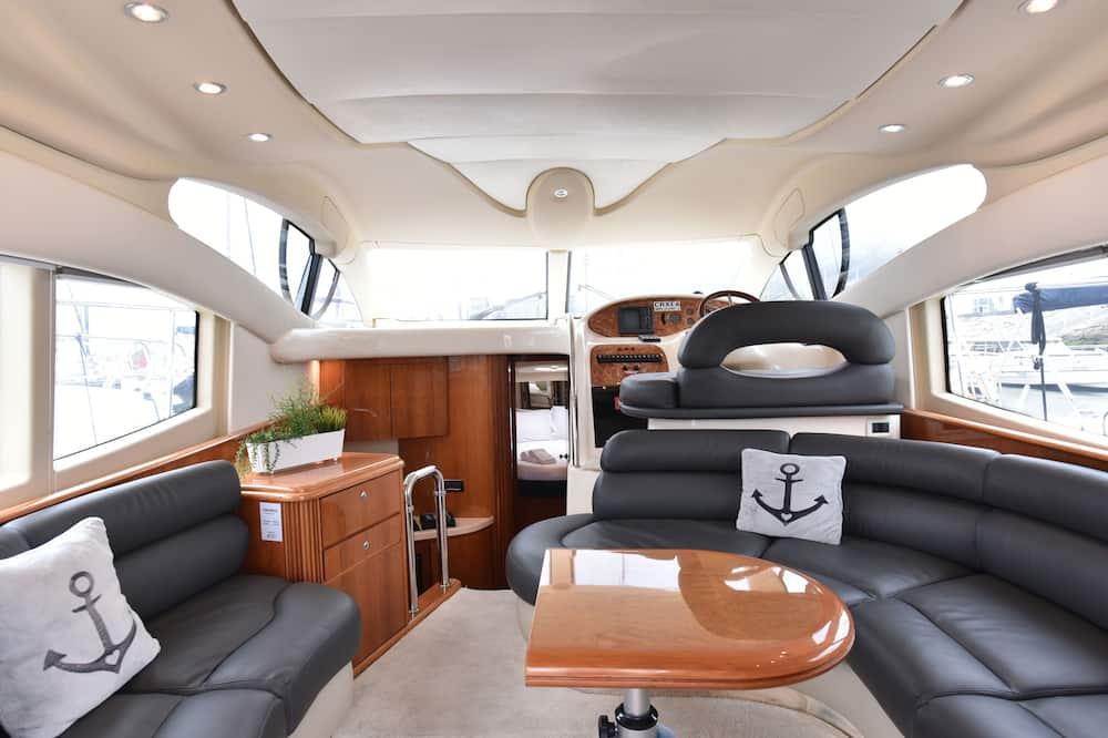 Mobile Unterkunft, 2Schlafzimmer (Luxury Yacht - Skyfall) - Wohnbereich
