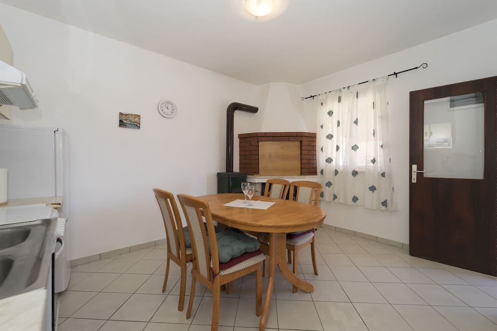 House (One Bedroom Holiday Home) - In-Room Dining