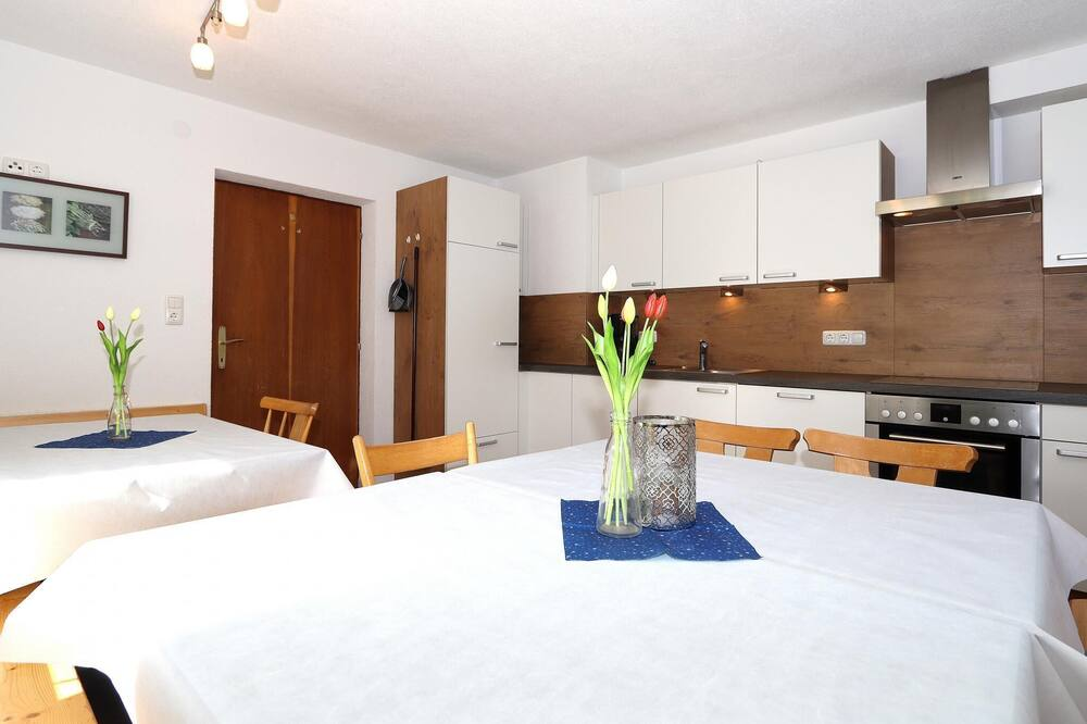 Apartment (5 Bedrooms) - In-Room Dining