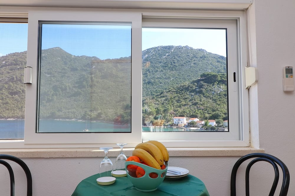 Studio (Studio Apartment with Terrace and Sea) - In-Room Dining