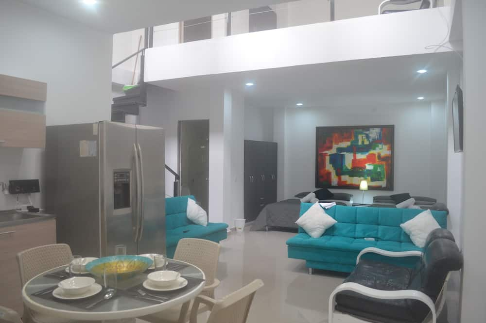 Deluxe House, 2 Bedrooms, Beachside - Living Area