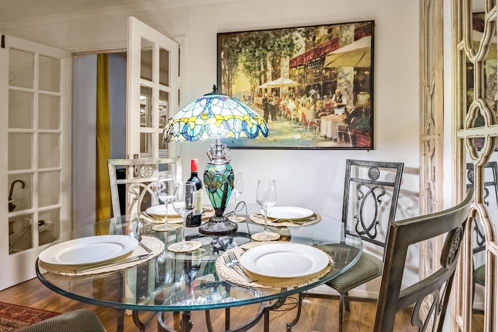 منزل تقليدي - سرير مزدوج - منظر للفناء (1 Bedroom) - تناول الطعام داخل الغرفة