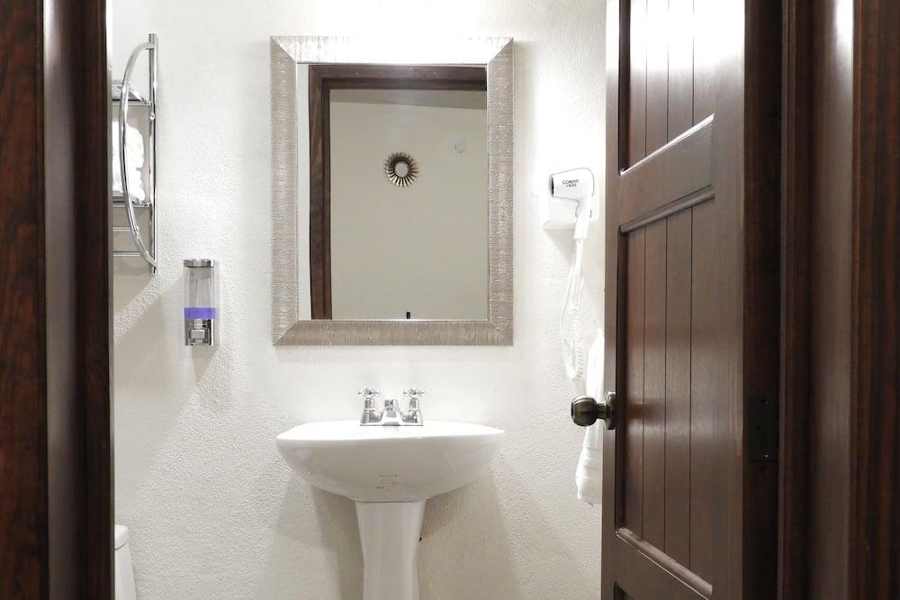 Signature Apartment, 2 Double Beds, Balcony, City View - Bathroom