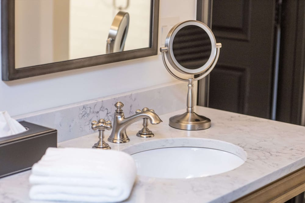 Premier Studio Suite - Bathroom