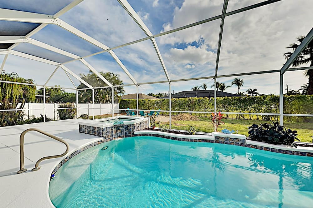 Corner-lot Paradise Heated Pool, Spa & Fire Pit 3 Bedroom Home