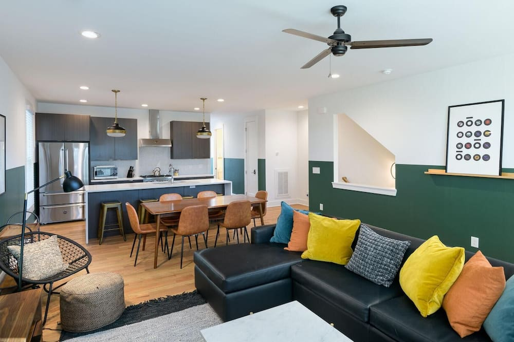 House, Multiple Beds (Monroe Unit 1 - Modern 4BR Condo in H) - Living Room