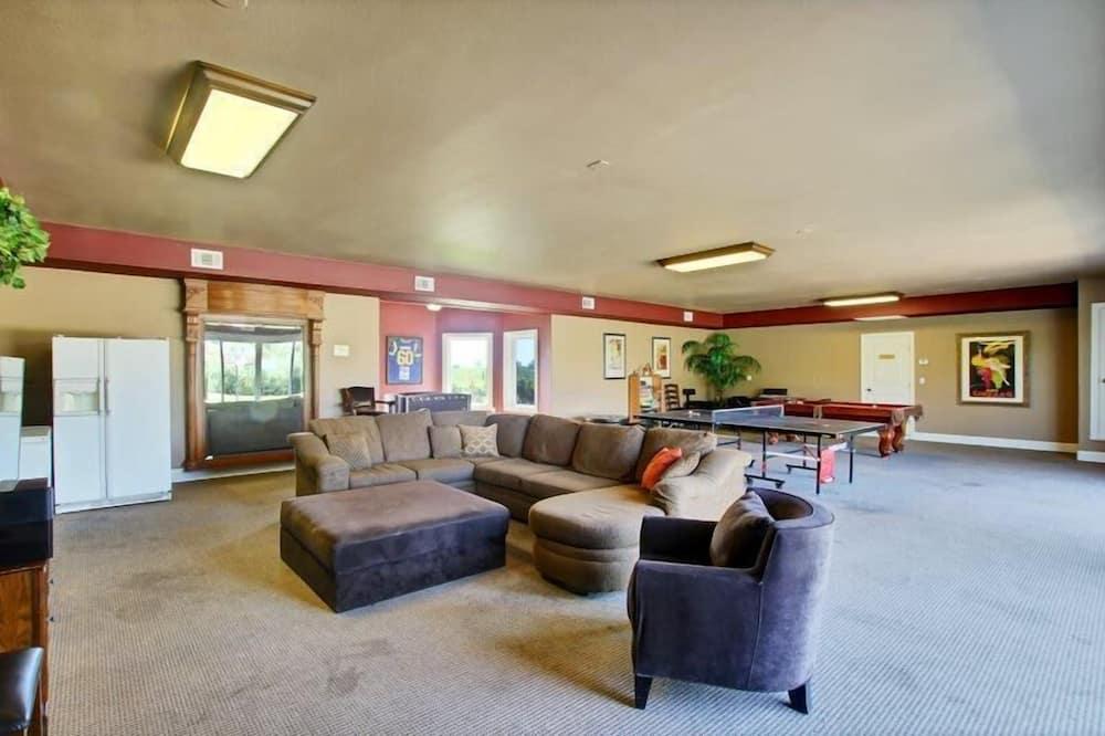 House, Multiple Beds (Wilson Creek Manor - Sleeps 24! Estat) - Living Room