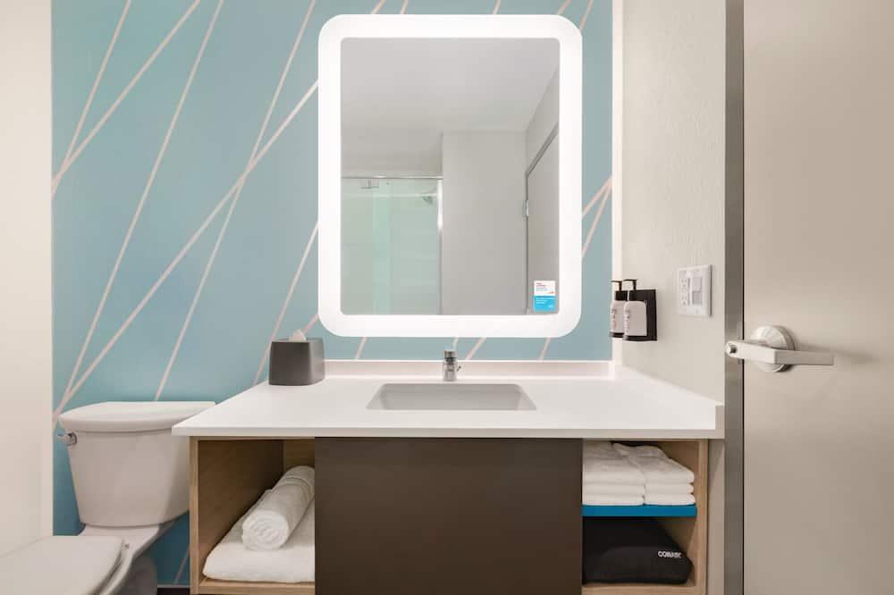 Værelse - 2 queensize-senge - handicapvenligt - Badeværelse