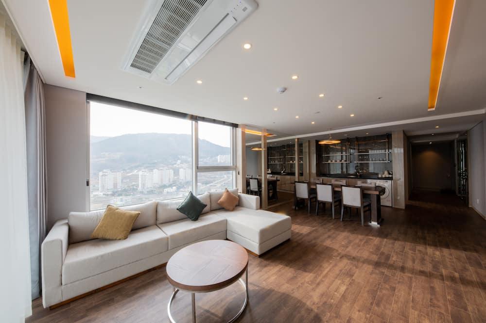 Corner Royal Suite - Living Area