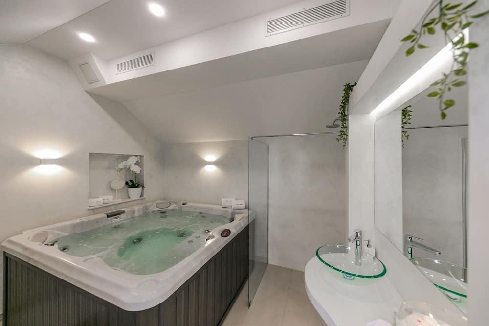 Deluxe Villa - Private spa tub