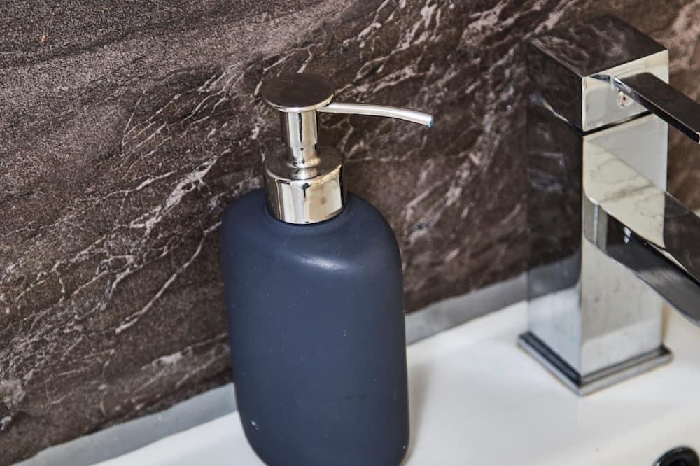 Luxury Apartment, Private Bathroom, Marina View (On Whitby Bridge) - Bathroom