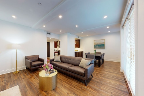 city Chic, Cozy, Luxurious New Condo Beverly Hills Adjacent