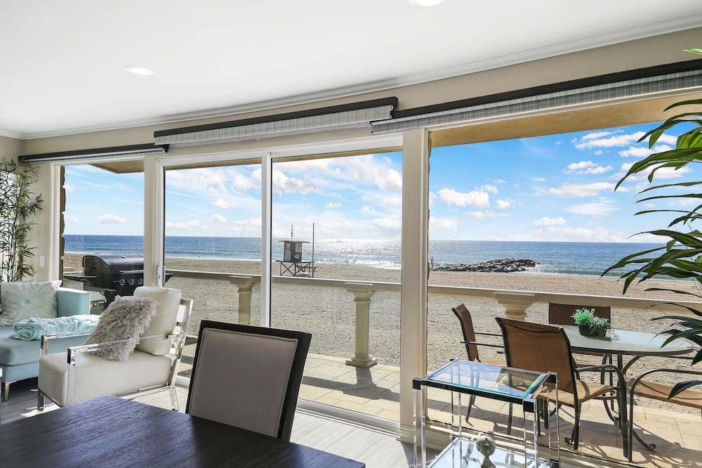 House, Multiple Beds (Upper Beach Front Escape Unit B) - Living Room