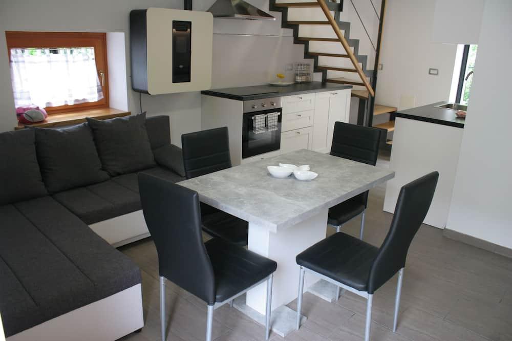 Apartment (Two Bedroom Apartment) - Essbereich im Zimmer