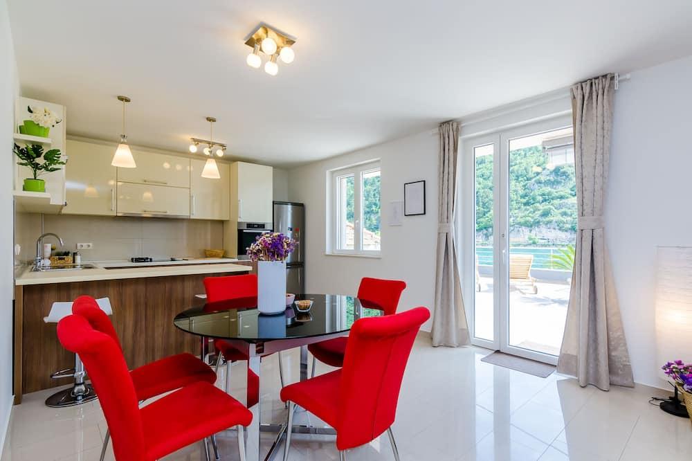 Apartment (Two Bedroom Apartment with Terrace an) - Tempat Makan dalam Bilik